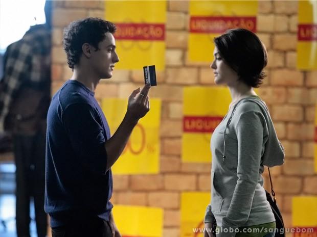Caio dá cartão com seus contatos à Giane (Foto: Sangue Bom/ TV Globo)