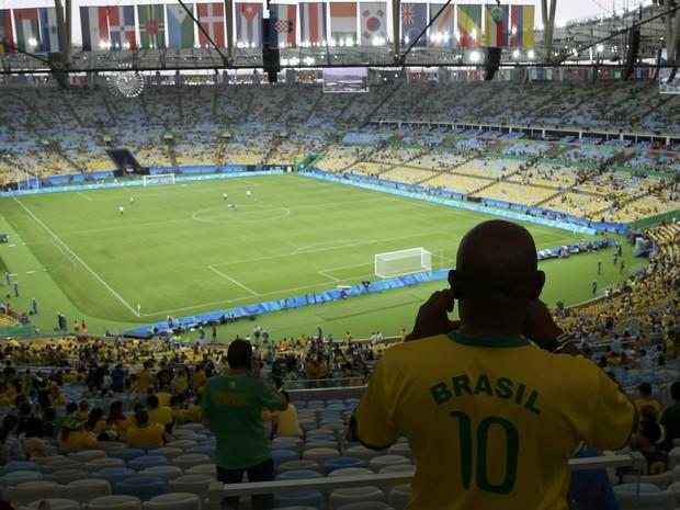 2016 Rio Olympics - Soccer - Final - Men's Football Tournament Gold Medal Match Brazil vs Germany - Maracana - Rio de Janeiro, Brazil - A Brazil fan takes a photo before the match. (Foto: Murad Sezer/Reuters)