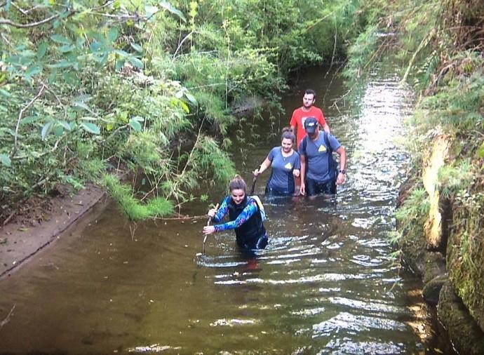 Para os fortes: a equipe encarou uma trilha pela água (Foto: Divulgação/RPC)