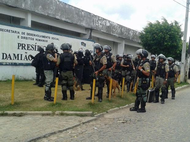 Detentos ocupam presídio no Recife; Batalhão de Choque é acionado (Foto: Marina Barbosa/G1)