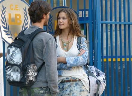 Alina quer esconder segredo de Rodrigo e Roger provoca