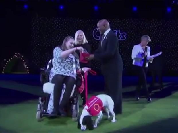 Cadela Lucy recebe prêmio (Foto: BBC)