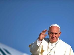 Papa Francisco acena antes de partir para a Terra Santa. (Foto: Filippo Monteforte / AFP Photo)