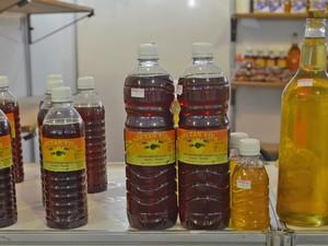 O apicultor Francisco Guilherme da Silva, de Jacaraú, vende mel de abelha de uruçu (R$ 140 o litro) e taliana (R$ 25 o litro) (Foto: Krystine Carneiro/G1)