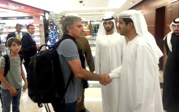 José Mourinho na chegada a dubai (Foto: Reprodução / Twitter)
