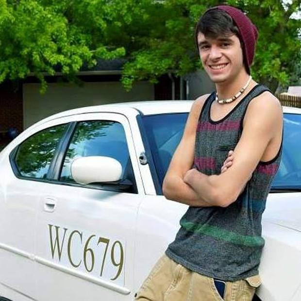 Tanner Browlee posa ao lado da viatura que pertenceu a seu pai, Sam Browlee (Foto: Reprodução/Facebook/Tanner Browlee)