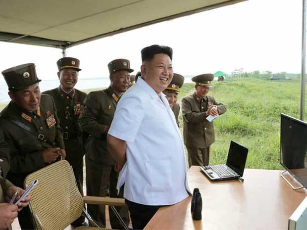 Líder norte-coreano Kim Jong-un inspeciona o disparo de míssil teleguiado. (Foto: KCNA / KNS República da Coreia / Via AFP Photo)