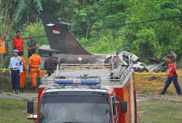 Equipes de resgate trabalham na área onde caiu um avião militar da Força Aérea da Indonésia nesta terça-feira (16) (Foto: AFP)