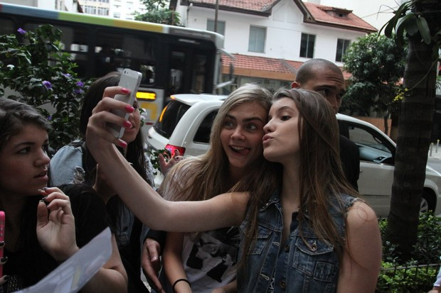 Cara Delevingne brinca com fã (Foto: Henrique Oliveira/Fotorio News)