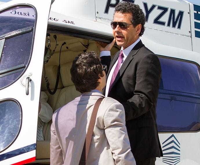 Aderbal não deixa Luís Fernando entrar na aeronave (Foto: Fabiano Battaglin/Gshow)