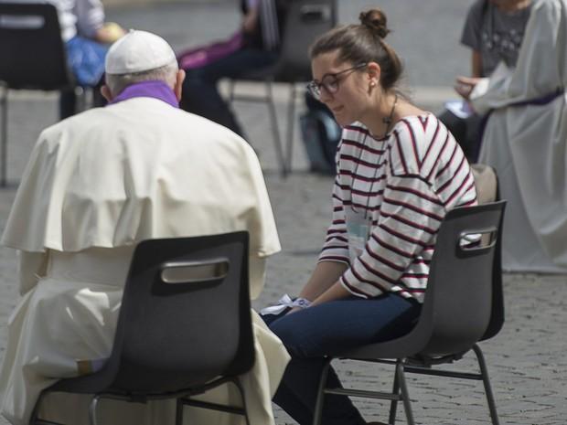 Papa ouviu 16 jovens que participavam da programação do Jubileu da Misericórdia (Foto: Associated Press)