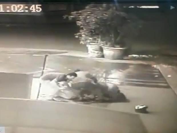 Briga foi registrada por uma câmera de segurança (Foto: Reprodução / TV TEM)