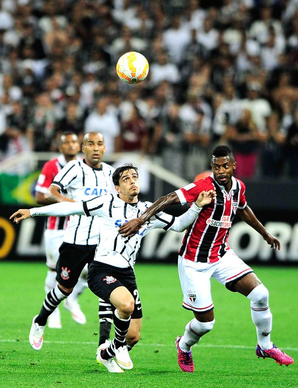 A rodada do Campeonato Paulista deste domingo traz um clássico entre os líderes de dois grupos: São Paulo e Corinthians (Foto: Marcos Ribolli / Globoesporte.com)