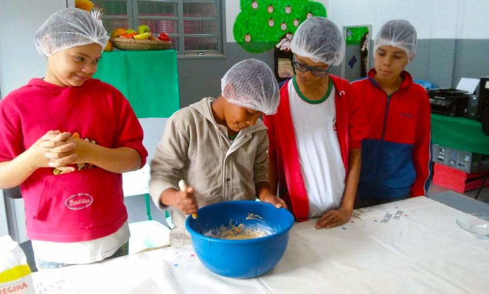 Crianças colocam a mão na massa durante aula para ensino especial (Foto: Arquivo Pessoal/ Sandra Canal)