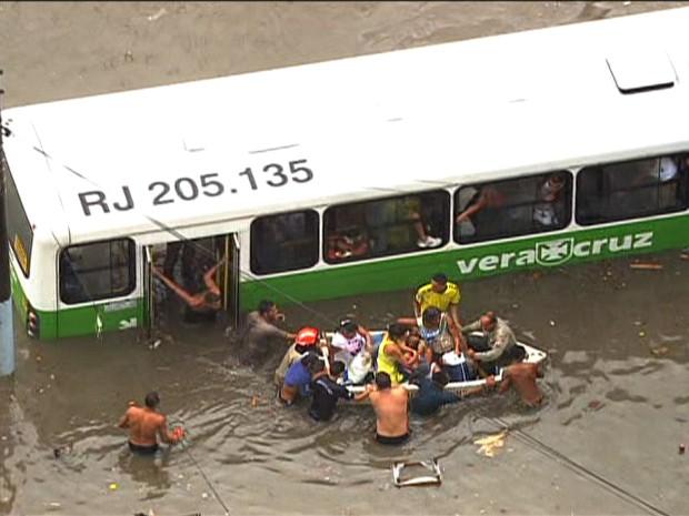 Barco do Corpo de Bomeiros socorre os passageiros de um ônibus enguiçado na Estrada do Quitungo, em Brás de Pina, no Subúrbio (Foto: Reprodução/TV Globo)