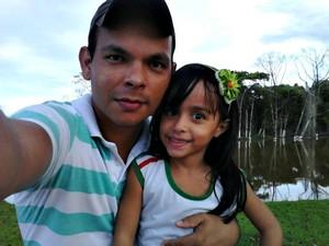 Marivaldo de Paula, de 30 anos, com a filha Ana Cristina, de 4 anos. (Foto: Arquivo da Família)