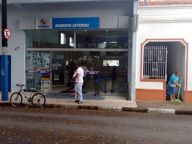 Lotérica em São Miguel Arcanjo foi alvo de ladrão na madrugada de sábado (Foto: Airton Salles Júnior/TV TEM)
