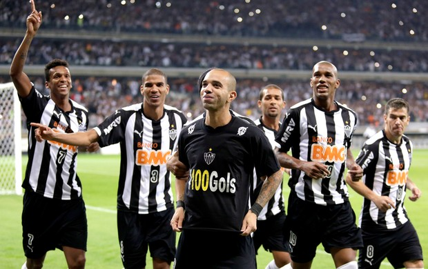 Diego Tardelli, Leonardo Silva e Ronaldinho gol Atlético-MG (Foto: AP)