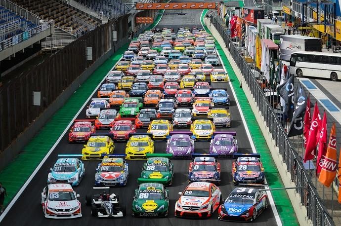 Carros da Stock Car e do Brasileiro de Marcas dominam reta de Interlagos (Foto: Duda Bairros)