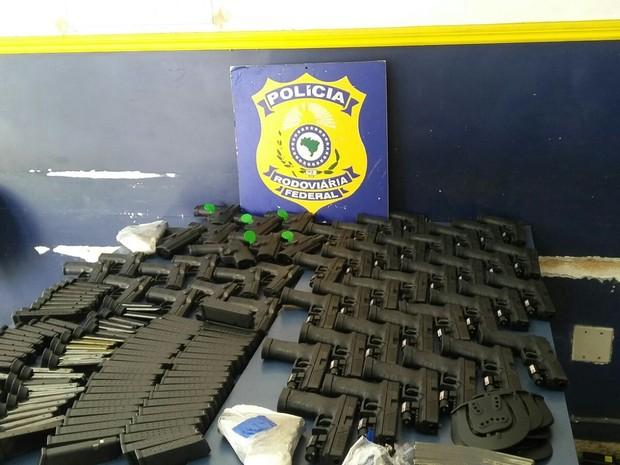 PRF apreende 55 pistolas na Serra das Araras, em Piraí, RJ (Foto: Renata Loures/TV Rio Sul)