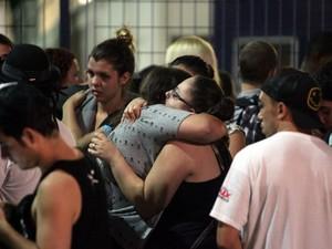 Fãs se emocionam durante velório de Chorão (Foto: Fernanda Luz/Jornal A Tribuna de Santos)