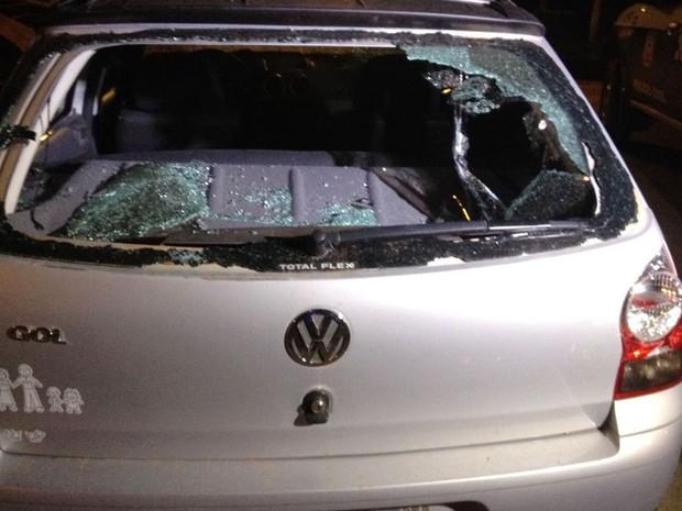 Carro que estava estacionado no bar foi danificado pela ex-namorada da vítima (Foto: Rafael Sousa/Portal Sorriso)