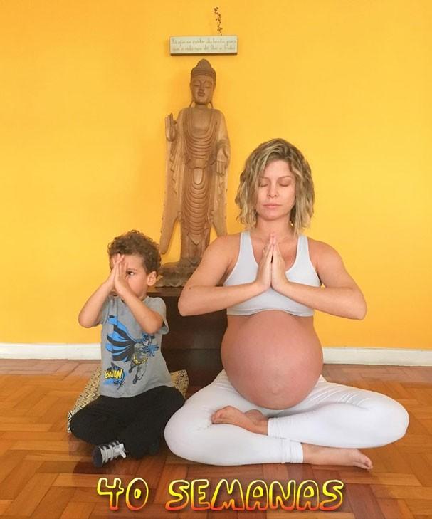 Bárbara Borges medita com Martim (Foto: Reprodução/Instagram)