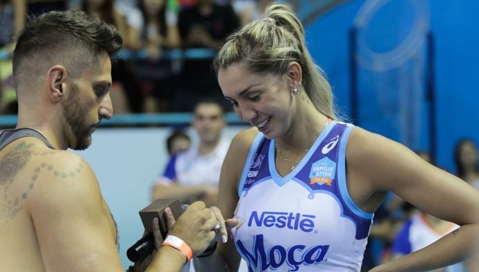 Thaísa é surpreendida pelo namorado com pedido após o duelo (Foto: João Neto/Fotojump)