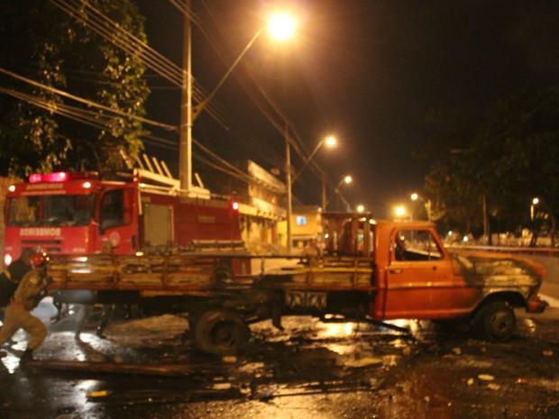 Uma caminhonete foi incendiada ma Avenida Brasil próximo à Prefeitura de Manaus (Foto: Romulo de Sousa/G1 AM)