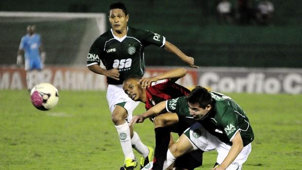 Medina ganha dividida e inicia jogada do segundo gol do Guarani contra o Atlético-PR (Foto: Rodrigo Villalba / Memory Press)