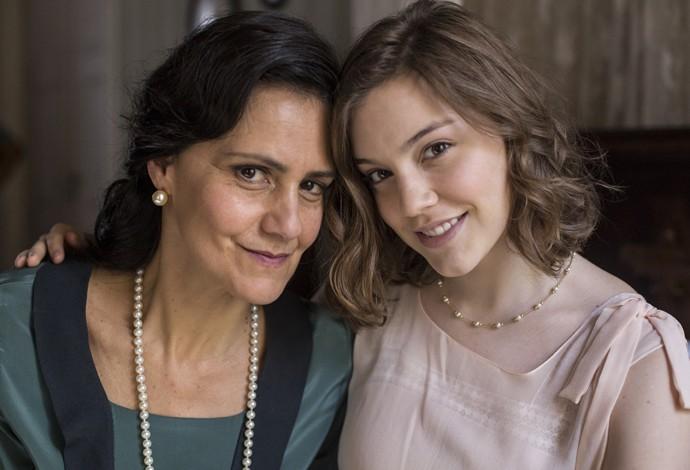 Alice ao lado de Lavínia Pannunzio, sua mãe na trama (Foto: Inácio Moraes/Gshow)