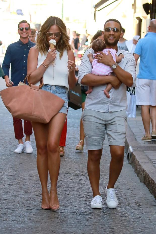 Chrissy Teigen e John Legend com a filha do casal, Luna, em Saint-Tropez, na França (Foto: AKM-GSI/ Agência)