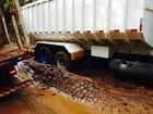 Polícia Rodoviária interdita trecho da PR-082 após parte do asfalto ceder