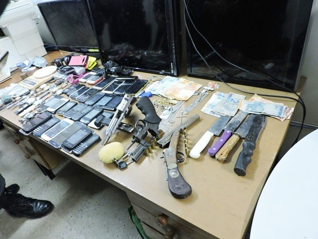 Imagem mostra as armas e os objetos roubados que foram apreendidos com a quadrilha (Foto: Divulgação/PM)