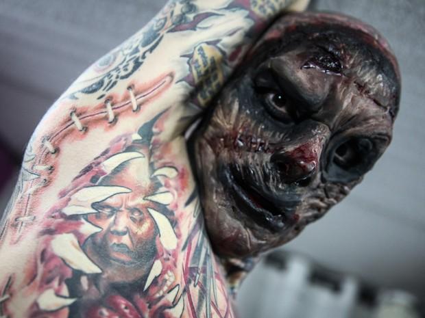 Ddetalhes das tatuagens pelo corpo do Coveiro Maldito (Foto: Fabio Tito/G1)
