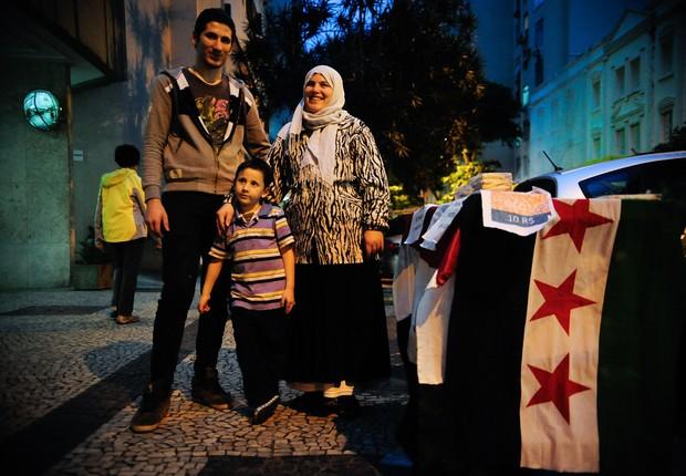 A síria Hanaa Nachawaty e a família vendem esfirras no Rio de Janeiro, onde vivem refugiados da guerra no país natal. (Foto: Fernando Frazão/Agência Brasil)