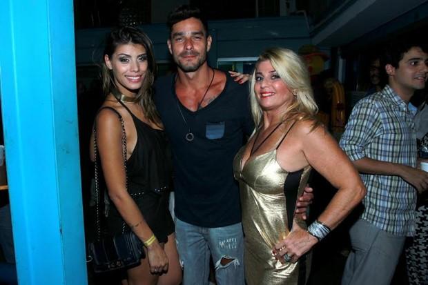 Os ex-BBBS Fran, Diego e Cida em noite de samba no Rio (Foto: Marcello Sá Barreto/Ag News)