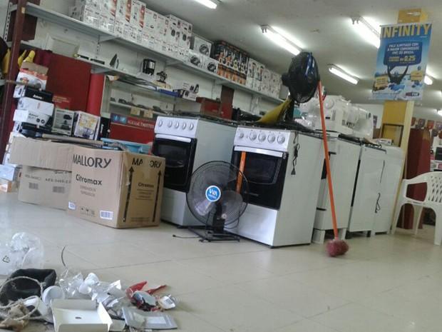 Na laser, diversos produtos foram roubados (Foto: Vitor Tavares/G1)