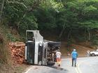 Caminhão com tijolos tomba ao fazer curva na RJ-127, em Paulo de Frontin