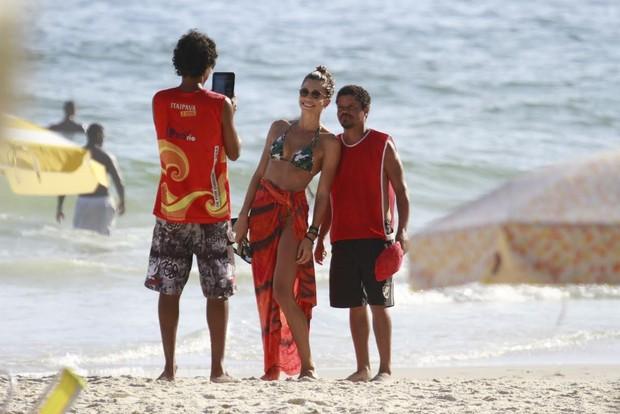 Grazi Massafera tira foto com fãs (Foto: Dilson Silva/Agnews)