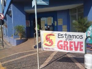 Agência da Caixa Econômica Federal em Araguaína amanheceu com faixas informando sobre a greve (Foto: Marcos Humberto/TV Anhanguera)