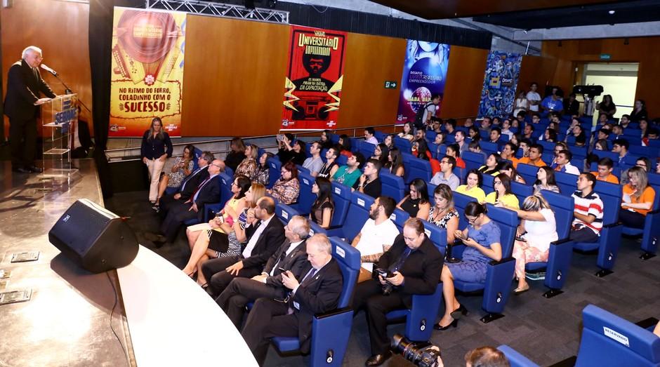 O presidente do Sebrae fala a uma plateia repleta de jovens durante a cerimônia (Foto: Reprodução/Agência Sebrae de Notícias)