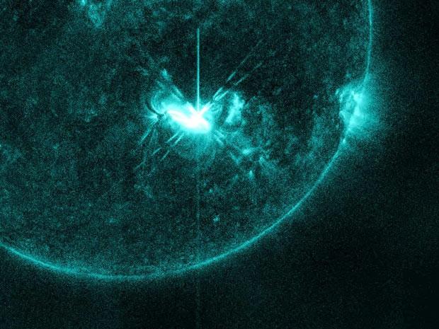 """Imagem divulgada nesta quinta-feira (5) pela agência espacial americana, Nasa, mostra tempestade solar capturada às 5h55 do dia 4 de julho pelo Observatório Dinâmico Solar (SDO, na sigla em inglês). Esta radiação emitida pelo sol foi batizada de """"fogos de artifício solares"""" pela Nasa, já que o registro ocorreu no dia da independência dos Estados Unidos, feriado comemorado em todo país com rojões. (Foto: NASA/SDO/AIA/Helioviewer)"""