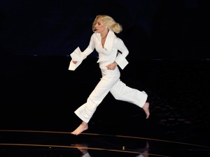 Lady Gaga corre pelo palco após apresentação no Oscar 2016