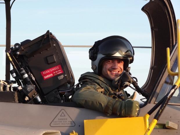 Capitão Fórneas comemora primeiro voo solo no Gripen na Suécia (Foto: FAB/Divulgação)