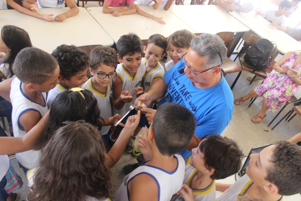 """Silvio Melo, autor do livro """"Bucaneira – Um arriscado resgate"""", conversou com as crianças nesta terça (Foto: Túlio Maciel)"""