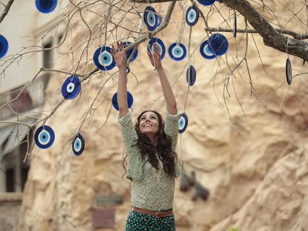 Ayla faz pedido e pendura o olho turco na árvore  (Foto: Salve Jorge/ TV Globo)