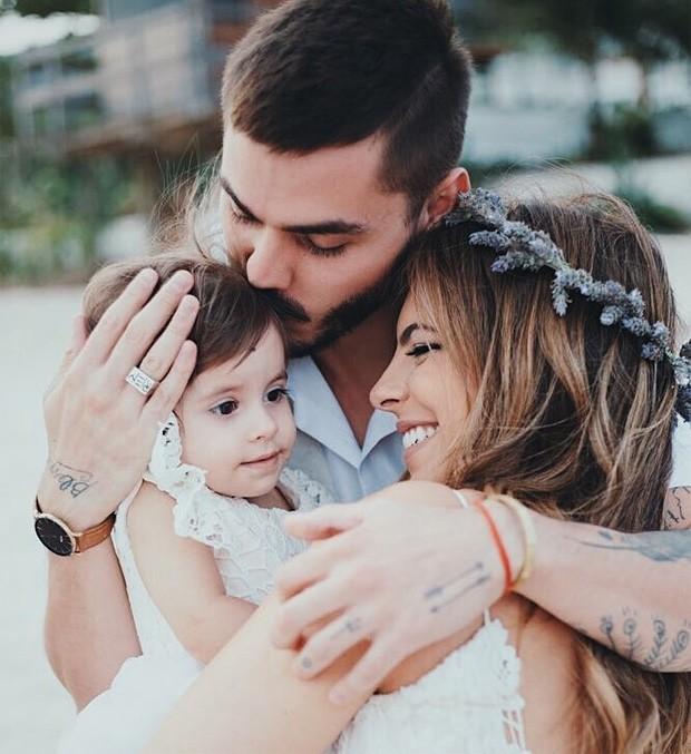 Rúbia Baricelli e Henrique Tomaz com a filha, Helena, no dia do casamento (Foto: Rafael Canuto)