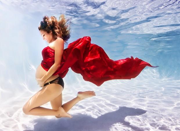 Mulheres grávidas são fotografadas debaixo d`água em projeto do fotógrafo (Foto: Divulgação)
