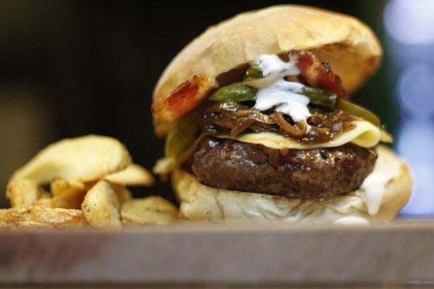 Hambúrguer com ketchup e maionese de cerveja: combinação infalível (Foto: Divulgação)